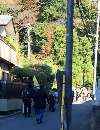 鎌倉二階堂の「首塚」に向かう一行