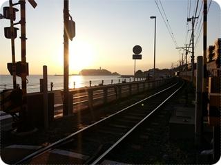 江ノ電「鎌高前」から江の島に沈む夕日を見る